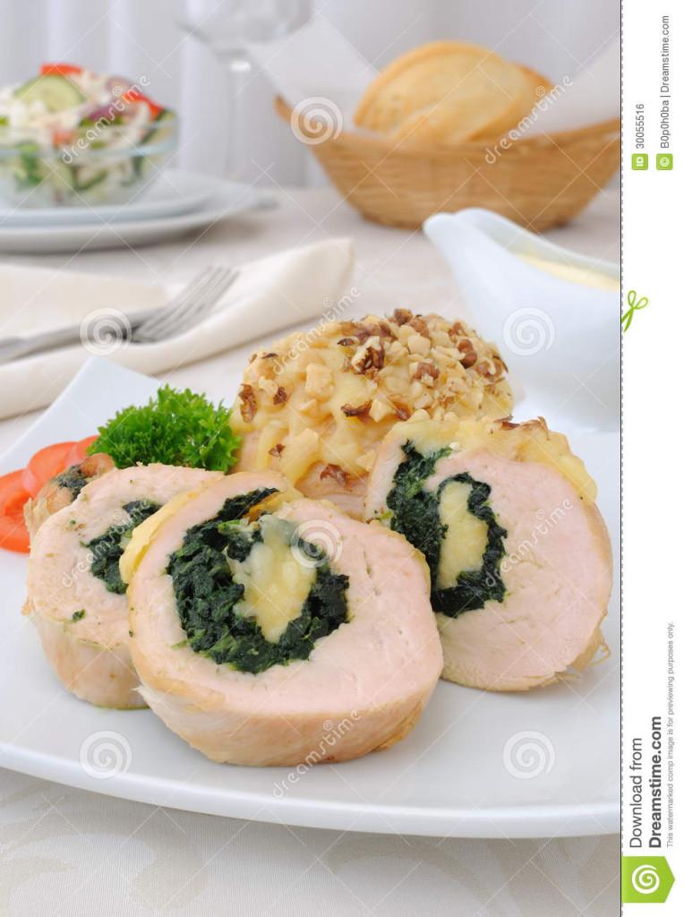 gesneden-kippenbroodje-die-met-spinazie-en-mozarella-wordt-gevuld-en-kaas-met-okkernoten-30055516